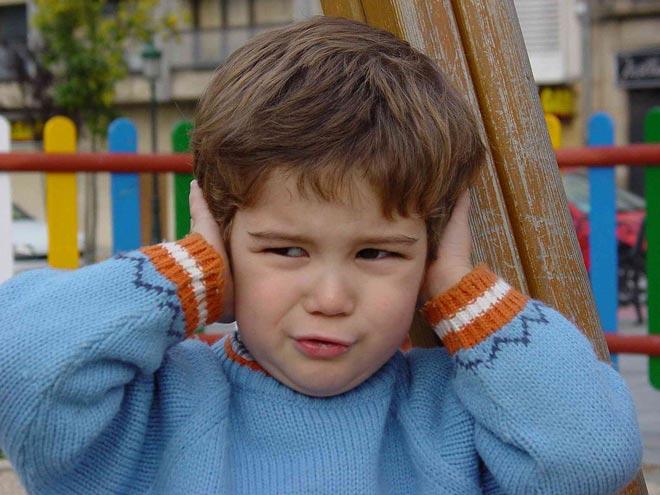ребенок закрывает уши