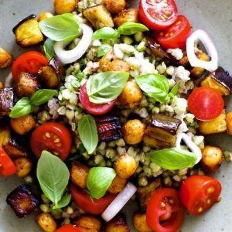 Теплый салат с гречкой и нутом
