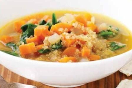 Суп с фасолью, киноа и шпинатом