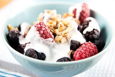Йогурт с ягодами на перекус