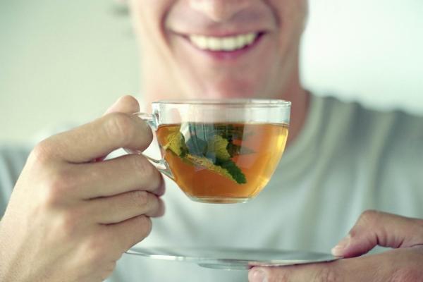 Мужчина пьет травяной чай