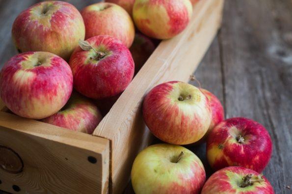 Салат с яблоками и ягодами Годжи