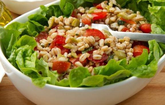 Салат из полбы с помидорами