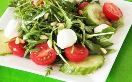 Салат с рукколой, помидором и огурцом
