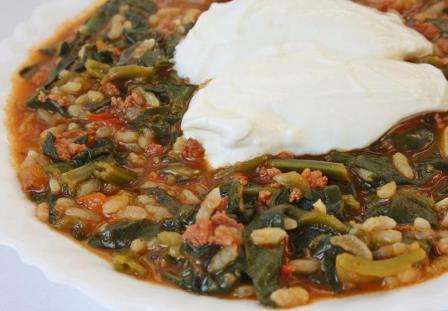тушеный шпинат с фаршем и рисом на турецкий манер