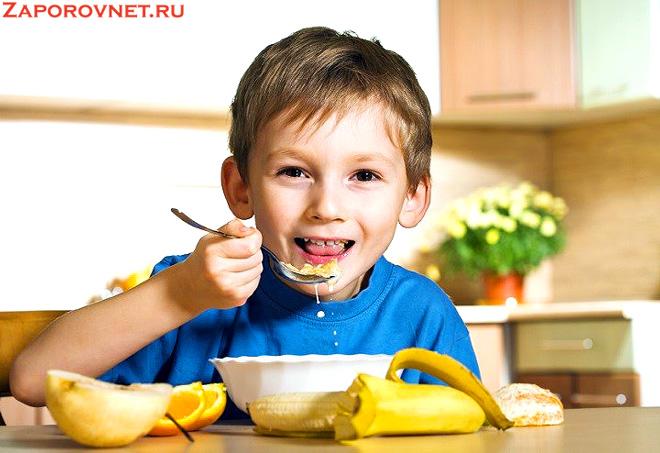 Завтрак ребенка - овсянка с фруктами